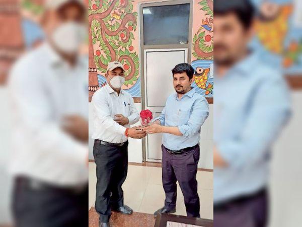 वरीय मंडल परिचालन प्रबंधक को सम्मानित करते मनोज पांडे। - Dainik Bhaskar