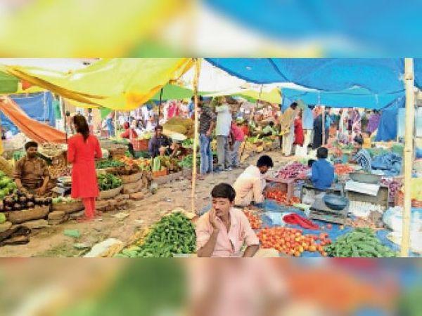बक्सर के बाजार में लगी भीड़। - Dainik Bhaskar