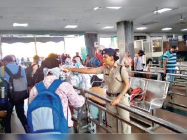 बुधवार को महाराष्ट्र से भोपाल आने वाले 50 मरीजों के सैंपल लिए गए। - Dainik Bhaskar