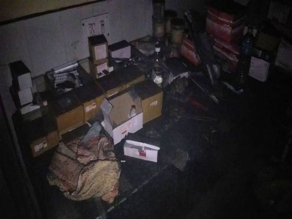 अजमेर JLN अस्पताल के वार्ड में लगी आग से जला सामान।