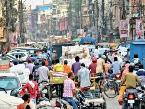लॉकडाउन की घोषणा के बाद रायपुर में बाजारों का यह हाल है। लोगों की भारी भीड़ दुकानों में उमड़ पड़ी है। इससे संक्रमण फैलने का खतरा बढ़ गया है।