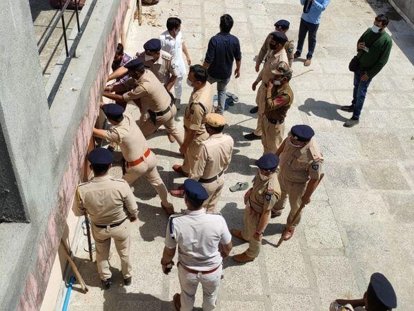 घटना की जांच-पड़ताल के दौरान युवती का शव बरामद करने के लिए मंदिर परिसर में पहुंची गगरेट थाने की पुलिस।