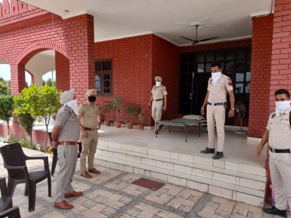 डॉक्टर से लूट मामले में थाने में टीम को निर्देश देते अधिकारी। - Dainik Bhaskar