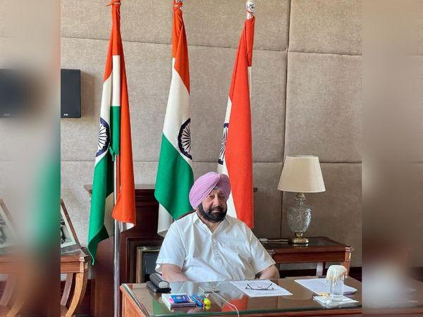 प्रधानमंत्री नरेंद्र मोदी और गृह मंत्री अमित शाह के साथ हाई लेवल मीटिंग में संवाद करते पंजाब के मुख्यमंत्री कैप्टन अमरिंदर सिंह। - Dainik Bhaskar