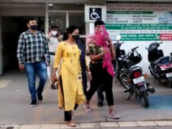 फरीदाबाद में पुलिस की गिरफ्त में दुकानदार को प्रेमजाल में फंसाकर पैसे ऐंठने वाली महिला। - Dainik Bhaskar