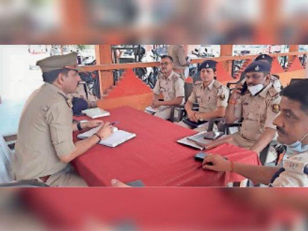 नरही थाने में बैठक के दौरान बलिया व बक्सर की पुलिस अधिकारी। - Dainik Bhaskar