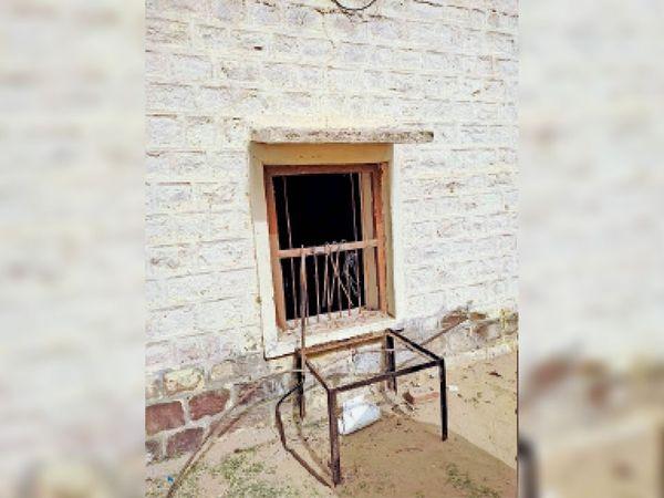 पोकरण, भीखोड़ाई बैंक में चोरों ने तोड़ी खिड़की। - Dainik Bhaskar