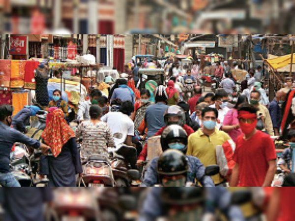 चिकनी मंदिर से हलवाई लाइन तक भीड़...