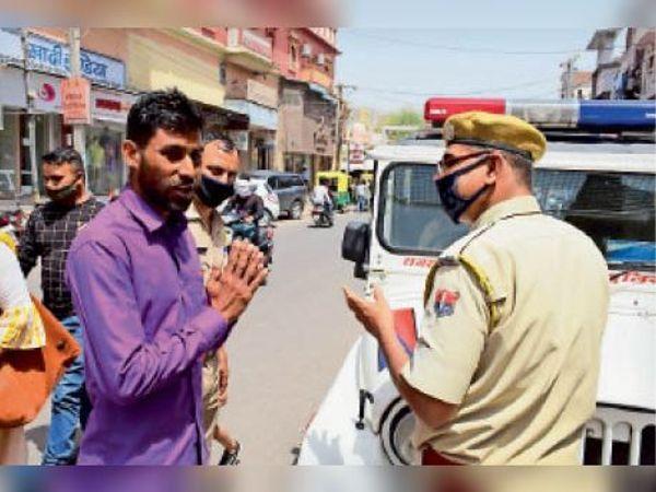 केईएम रोड पर बेमास्क लोगों का चालान काटती पुलिस। - Dainik Bhaskar