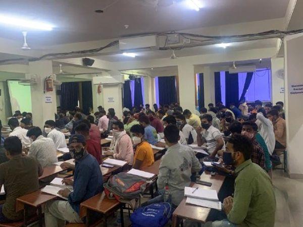 जयपुर के जवाहर नगर स्थित कोचिंग सेंटर जहां 100 से ज्यादा स्टूडेंट एक ही हॉल में बैठे मिले। इस सेंटर को नगर निगम ने सील किया है। - Dainik Bhaskar