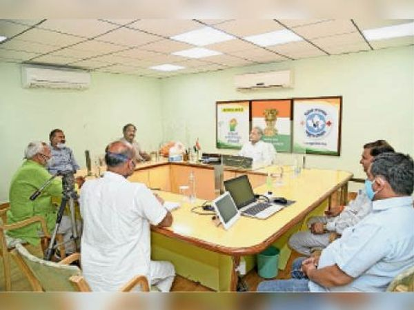 डीग. मुख्यमंत्री से वार्ता करता प्रतिनिधिमंडल। - Dainik Bhaskar