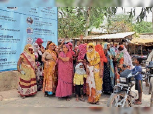 पहाड़ी. खारे पानी की सप्लाई को लेकर उपखण्ड कार्यालय पर प्रदर्शन करती महिलाएं। - Dainik Bhaskar