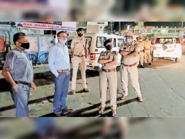जालोर, रात्रि को दस बजते ही पुलिस व प्रशासन की टीमों ने शहर में घूमकर दुकानें बंद करवाई। - Dainik Bhaskar