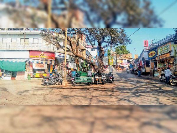 माउंट आबू. दोपहर को पारा 36 डिग्री तक पहुंच जाने से पर्यटकों से आबाद रहने वाला नक्की मार्केट सूनसान नजर आया। - Dainik Bhaskar