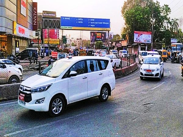 उदयपुर के देहली गेट चौराहे से निकलते जिला कलेक्टर और पुलिस अधीक्षक के वाहन।