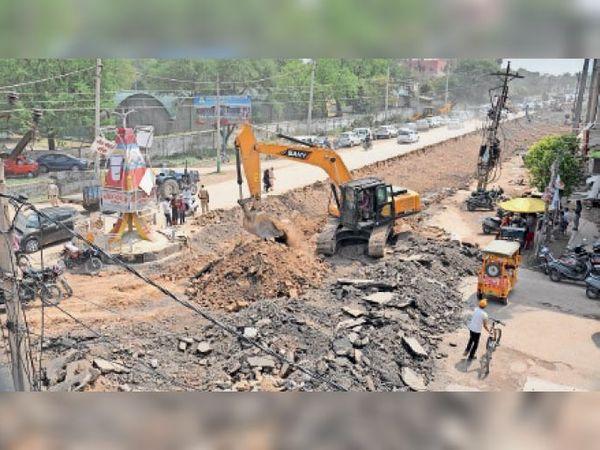 कैंट के अम्बाला-जगाधरी राेड के निर्माण कार्य के दाैरान बंद किया गया निकलसन राेड। - Dainik Bhaskar