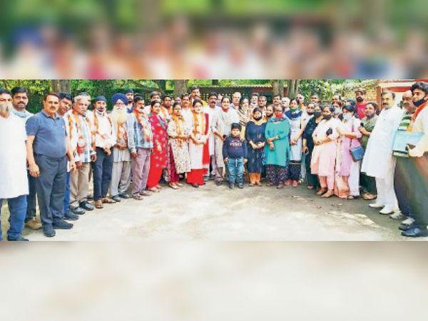 कैंट में एचडीएफ के महेश नगर जाेन के बनाए गए पदाधिकारी चित्रा सरवारा के साथ। - Dainik Bhaskar