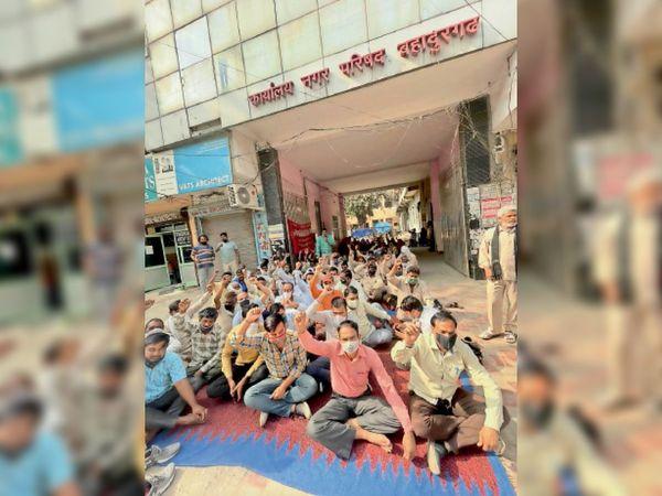 नप की टीम के साथ मारपीट के विरोध में कर्मचारी हड़ताल करते हुए। - Dainik Bhaskar