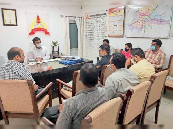 नगर निगम कार्यालय में स्मार्ट सिटी में कैमरे लगा रही टीम को मीटिंग में दिशा निर्देंश देते हुए नगर निगम आयुक्त विक्रम । - Dainik Bhaskar