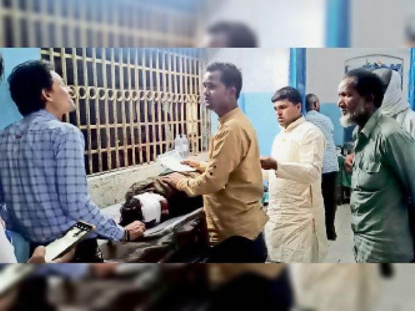 ठाकुरगंज अस्पताल में प्राथमिक इलाज करवाते घायलो का प्रमुख प्रतिनिधि संग अन्य। - Dainik Bhaskar