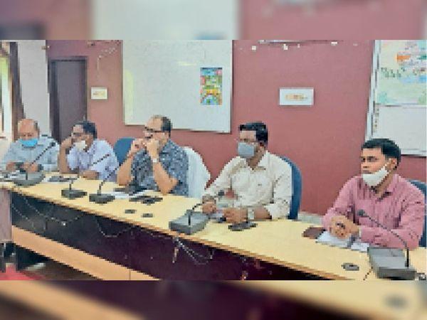 पदाधिकारियों के साथ बैठक करते डीएम एवं उपस्थित पदाधिकारी। - Dainik Bhaskar