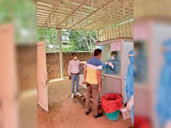 कोरोना का सेंपल लेते बीके अस्पताल के कर्मचारी। - Dainik Bhaskar