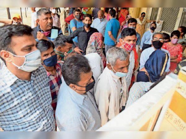 पानीपत. सिविल अस्पताल में काेराेना चेकअप के दाैरान टूटती साेशल डिस्टेंसिंग। - Dainik Bhaskar