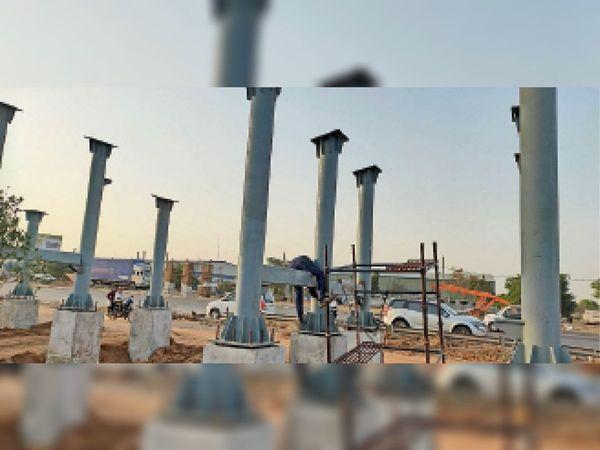 दिल्ली-जयपुर हाईवे पर खरखड़ा के पास चल रहा पुल का निर्माण कार्य। - Dainik Bhaskar