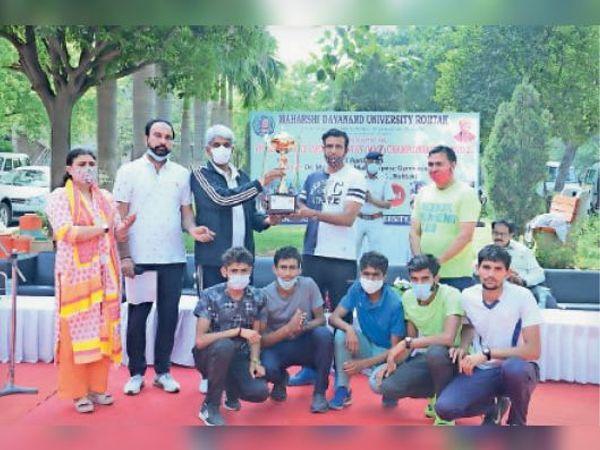 एमडीयू में इंटर काॅलेज क्रास कंट्री प्रतियोगिता के विजेता खिलाड़ियों को पुरस्कृत करते कुलपति व खेल निदेशक। - Dainik Bhaskar