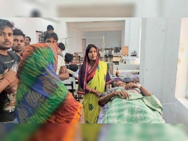 दुर्घटना में घायल इलाजरत युवक। - Dainik Bhaskar