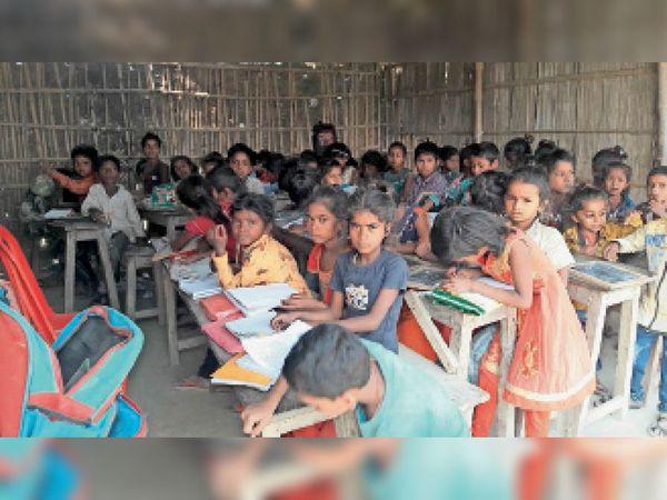 दुबियाही के एक निजी स्कूल में पढ़ते बच्चे। - Dainik Bhaskar
