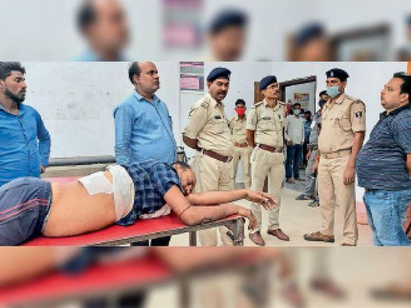 अस्पताल में जख्मी का फर्द बयान लेती पुलिस। - Dainik Bhaskar