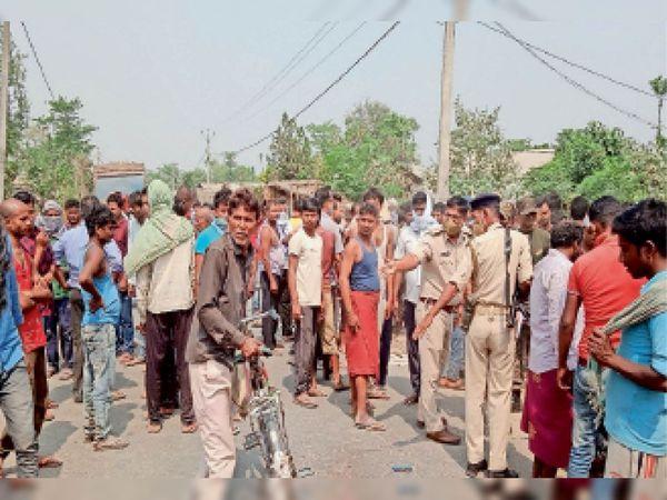 जदिया में घटनास्थल पर लोगों की भीड़ में जांच करते प्रशिक्षु डीएसपी व अन्य। - Dainik Bhaskar