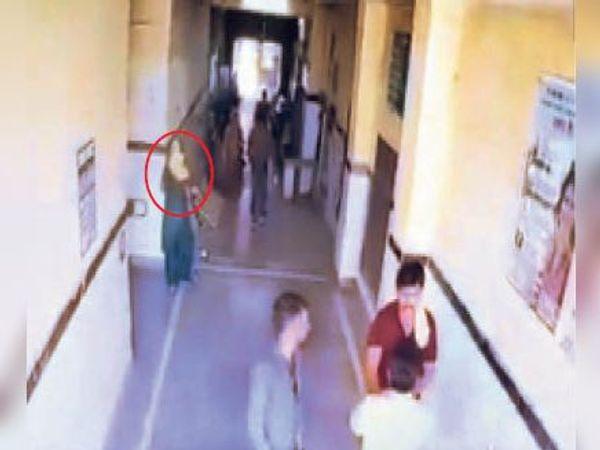 देवली| राजकीय अस्पताल में फुटेज में नजर आई हरे कपड़ों में ठग महिला (गोले में) - Dainik Bhaskar