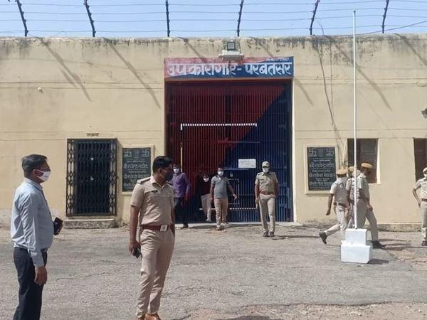 जेल में तलाशी के दौरान बंदियों से कुछ भी नहीं मिला। - Dainik Bhaskar