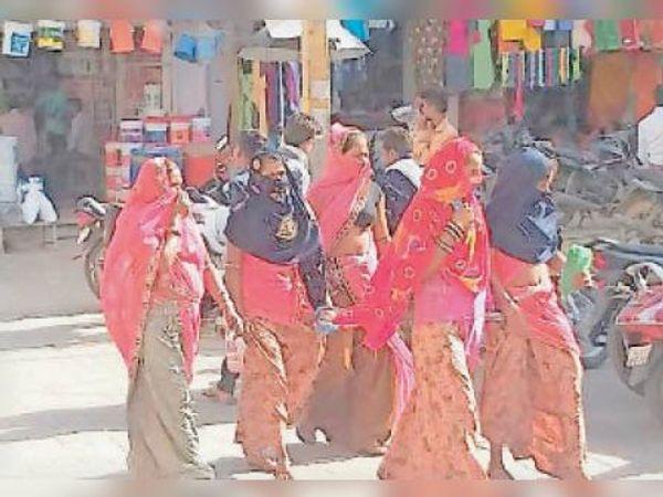 धरियावद. गर्मी से बचाव कर जाती हुईं महिलाएं। - Dainik Bhaskar