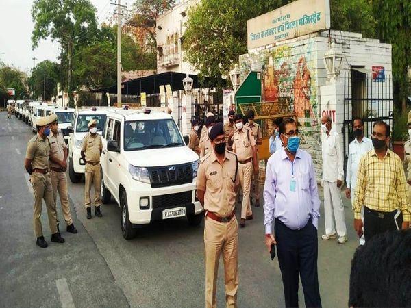 उदयपुर कलेक्ट्री से शुरू हुआ पुलिस प्रशासन का फ्लैग मार्च। - Dainik Bhaskar