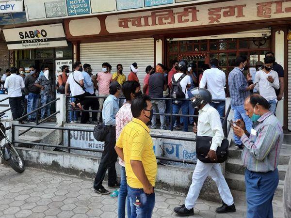 इंदौर के दवा बाजार में रेमडेसिविर इंजेक्शन के लिए लगी लंबी लाइन।