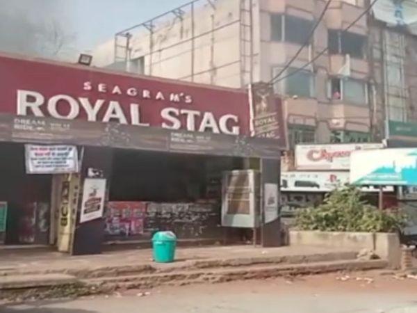 अहाता में ब्लास्ट के बाद बाहर सड़क पर इंग्लिश वाइन शॉप तक आग पहुंच गई।