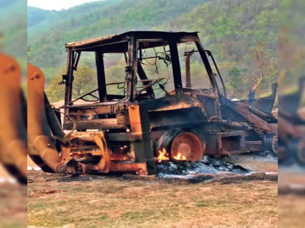 नक्सलियों की करतूत- होयोहातु के दाड़कादा में जलाई गई जेसीबी।