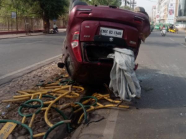 घटना स्थल पर मौजूद कार। - Dainik Bhaskar