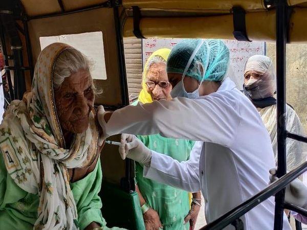 ब्यावर के राजकीय अमृतकोर हॉस्पिटल के वैक्सिनेशन केंद्र में 100 वर्षीय बुजुर्ग महिला को नर्स ने ऑटो में आकर वैक्सीन लगाई
