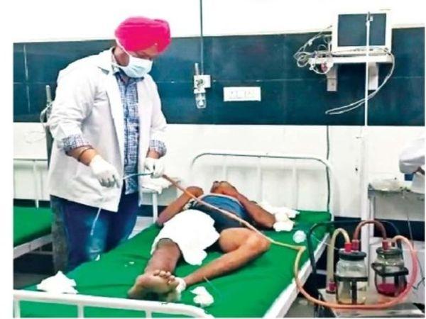 हादसे में घायल युवक का इलाज करते डॉक्टर। - Dainik Bhaskar