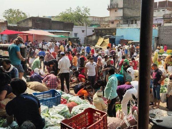 गुरुवार से लॉकडाउन की घोषणा के बाद बुधवार और दूसरे दिन बाजारों में भीड़ उमड़ पड़ी।