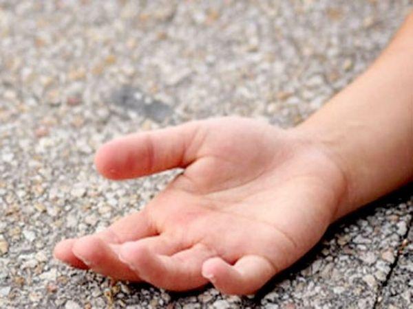 कार के टक्कर मारने से घायल बेटे को लहूलुहान देखकर पिता की एक बार तो सांसें अटक गई थी। - Dainik Bhaskar