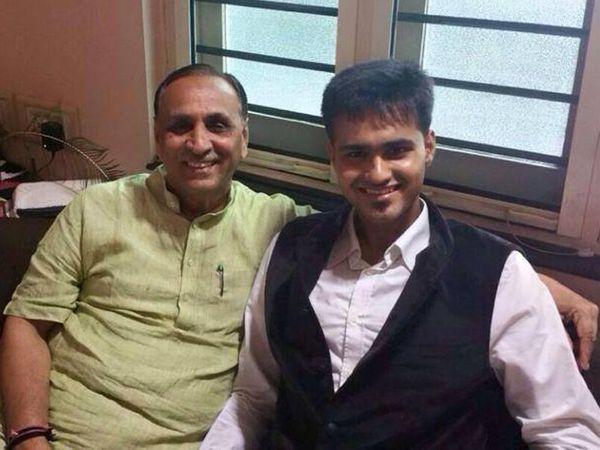 बेटे ऋषभ के साथ सीएम विजय रूपा� - Dainik Bhaskar