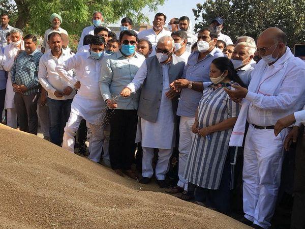 पूर्व CM ने कहा- सरकार की गलत नीतियों से किसान-मजदूर के साथ अब आढ़ती भी परेशान हैं। - Dainik Bhaskar