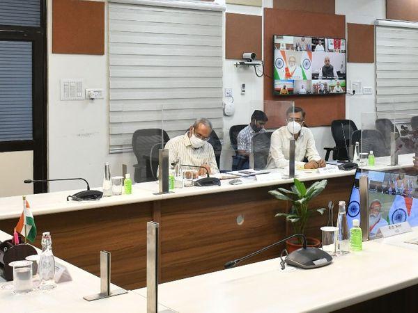 PM के साथ CM की वर्चुअल बैठक। - Dainik Bhaskar