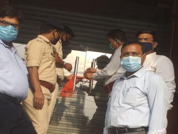 SDM के आदेश पर गया के पीसी ज्वेलर्स को सील करती पुलिस। - Dainik Bhaskar