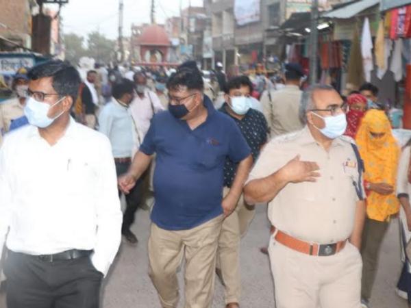 भिंड शहर में कलेक्टर व एसपी एक साथ लोगों को कोरोना से बचाव के लिए प्रेरित करते हुए। - Dainik Bhaskar